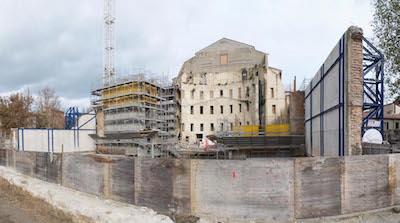 teatro galli cantiere. a dex e sin i muri traslati - a sin in grigio i corpi scala