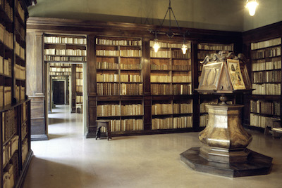 Rimini. Biblioteca civica Gambalunga. Sala del Seicento con legg
