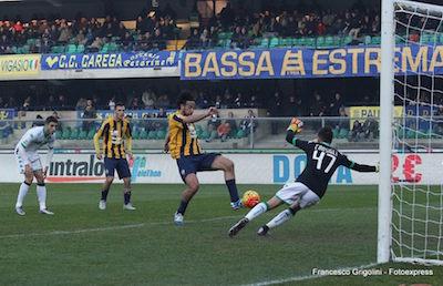 Hellas Verona-Sassuolo 1-1 azione di Toni