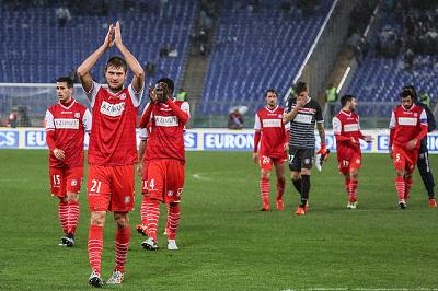 i giocatori del Carpi salutano i tifosi in trasferta a Roma