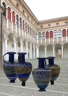 Balsamari sullo sfondo del Museo Archeologica Nazionale di Ferrara