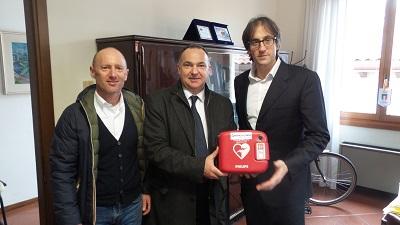 Dieci defibrillatori forniti dagli operatori di spiaggia a servizio degli impianti sportivi della città