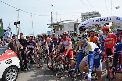 In migliaia al via della gara ciclistica Coppi e Bartali