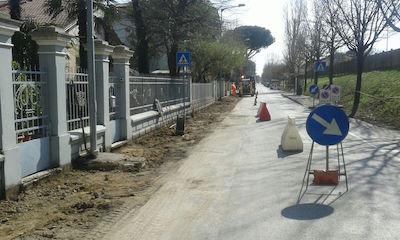 Partiti i lavori per la sistemazione e realizzazione dei nuovi marciapiedi di via Mazzini, a Viserba
