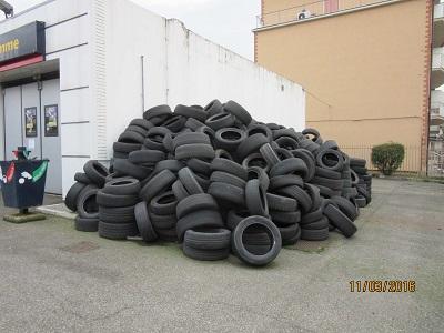 pneumatici abbandonati in via Manfredi a Piacenza