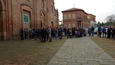 pubblico-davanti-alla-basilica-di-s-giorgio