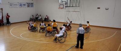 I professionisti del basket giocano in carrozzina
