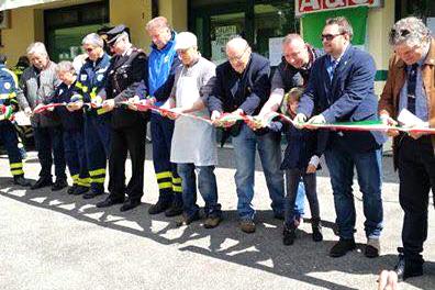 Il taglio del nastro all'inaugurazione del defibrillatore di Febbio