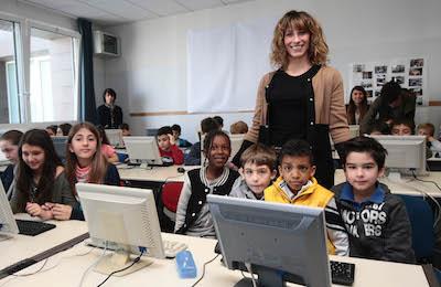 L'assessore Ludovica Carla Ferrari insieme ai bimbi delle scuole Anna Frank nel nuovo laboratorio d'informatica