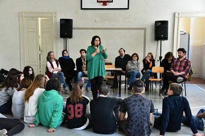 Ragazzi e docenti del Romagnosi, attori del Teatro dell'Argine e Buccoliero