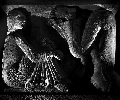 foto di Nino Migliori da Lumen. Leoni e metope del Duomo di Modena