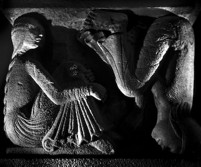 Antipodi- foto di Nino Migliori da Lumen. Leoni e metope del Duomo di Modena- -c- Nino Migliori 2015