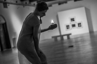 Daina Pignatti nella performance per Lumen foto Dante Farricella