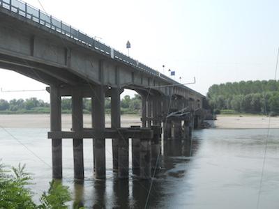 Via ai lavori del ponte sul Po a Boretto