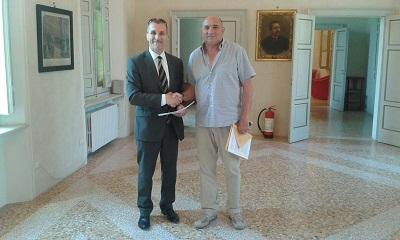 Il presidente Cai e il sindaco di Villa Minozzo alla firma della convenzione