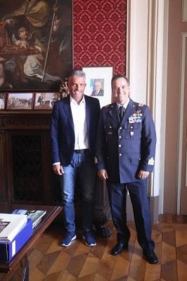 Il sindaco Lucchi accanto al colonnello Giuseppe Massimetti