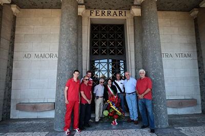 L'omaggio a Enzo Ferrari con l'assessora Vandelli
