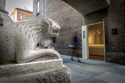 bookshop-musei-duomo-esterno-leone-passante