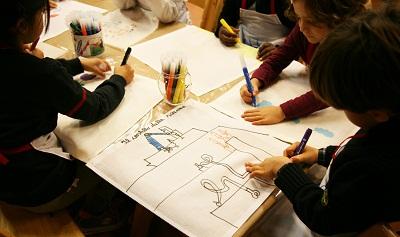bambini-disegnano-alla-galleria-civica