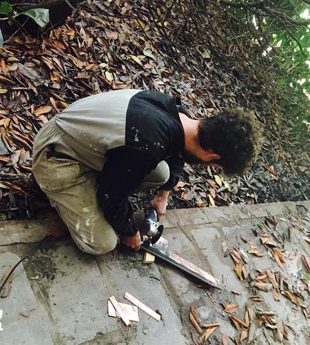 un-maker-in-azione-nel-giardino-del-museo