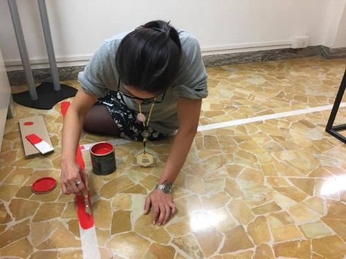 una-museomixer-che-dipinge-il-pavimento