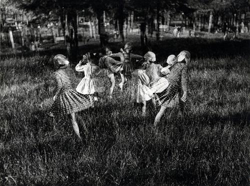 cesare-leonardi-bambine-nel-parco-1957-proprieta-dellautore