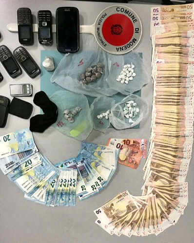 arresto droga vigili 010217 dosi soldi cellulari