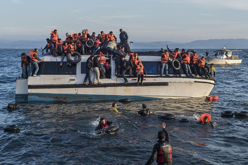 20151030_Syrians_and_Iraq_refugees_arrive_at_Skala_Sykamias_Lesvos_Greece_2 (1)
