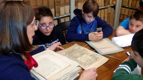 scuole in archivio storico con la responsabile Franca Baldelli(1)