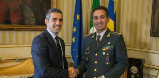 2017 09 25 Pizzarotti saluto Comandante Guardia Finanza-1