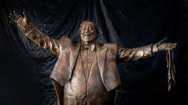 statua pavarotti orizzontale su sfondo telo foto di Mara Mazzei