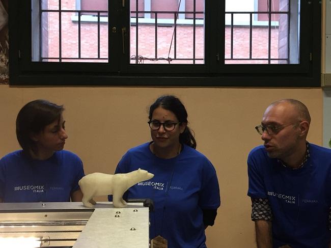 Gli organizzatori in maglia blu
