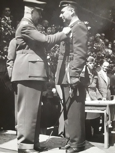 Luigi Gorrini nel 1958 mentre riceve la medaglia d'oro al valore militare