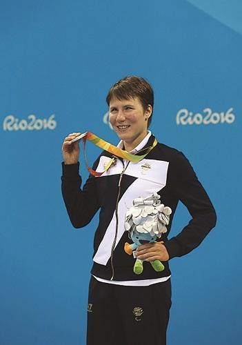 03-Cecilia-Camellini-sul-podio-con-la-medaglia-dargento-dei-400-stile-libero