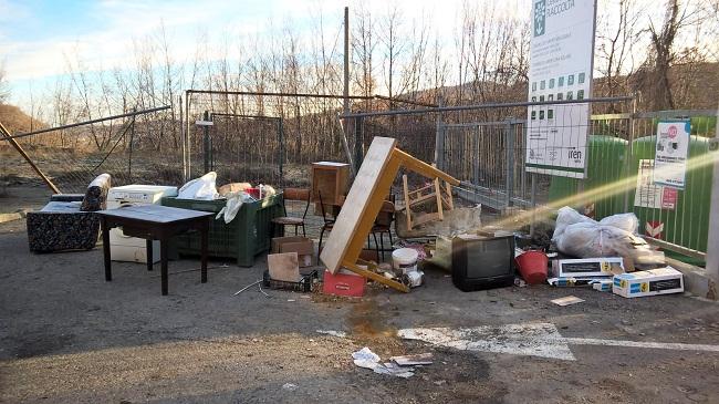 Rifiuti abbandonati davanti al centro di raccolta comunale di Calizzo
