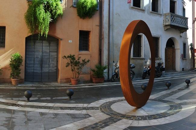 lAnello-della-riminese-piazzetta-Zavagli-opera-di-Mauro-Staccioli-