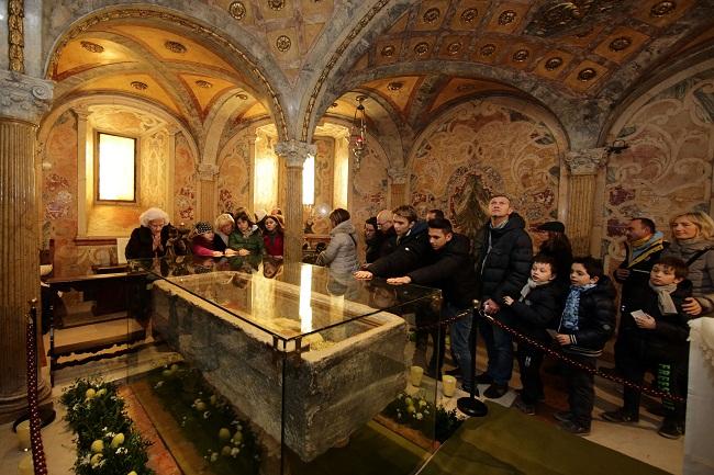 san geminiano preghiere nella cripta al sepolcro del santo