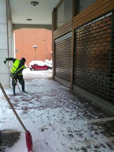 Profughi spalano neve via Albertini