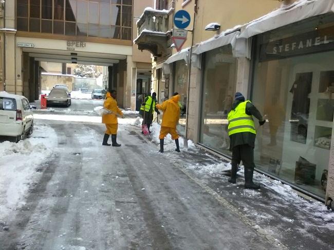 Profughi spalano neve via Roverella