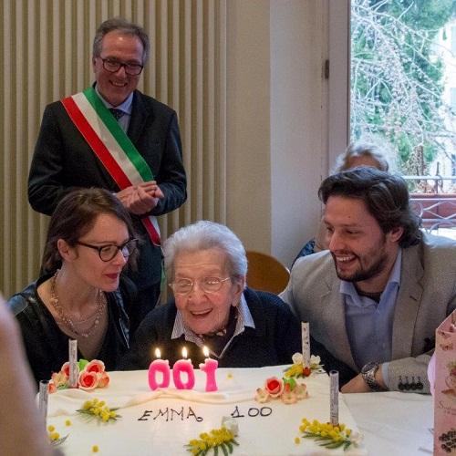 Emma 100 anni con i nipoti