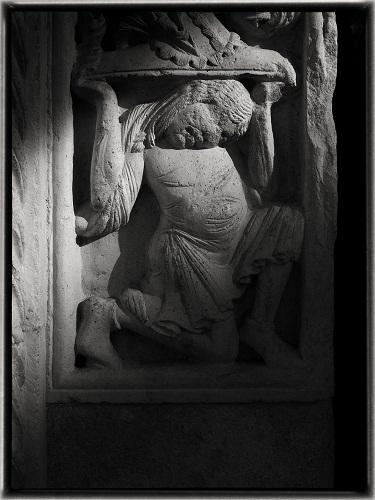Telamone- partcolare dello stipite del Portale Maggiore del Duomo di Modena